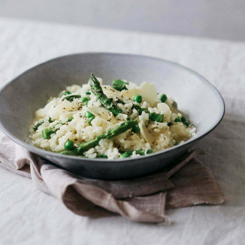 risotto aux asperges, petits pois et yuzu avec du riz rond japonica akafuji