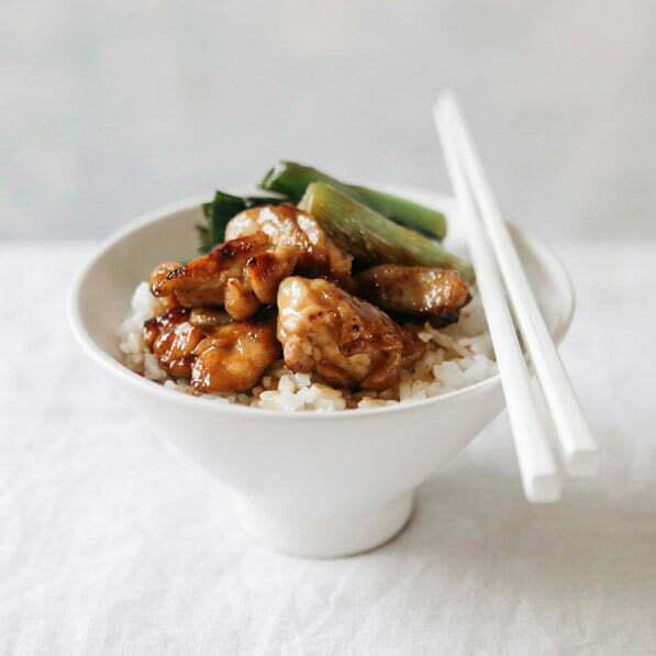 yakitori donburi avec du riz rond japonica akafuji