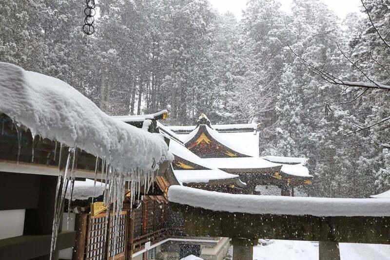 paysage de temple japonais l'hiver sous la neige