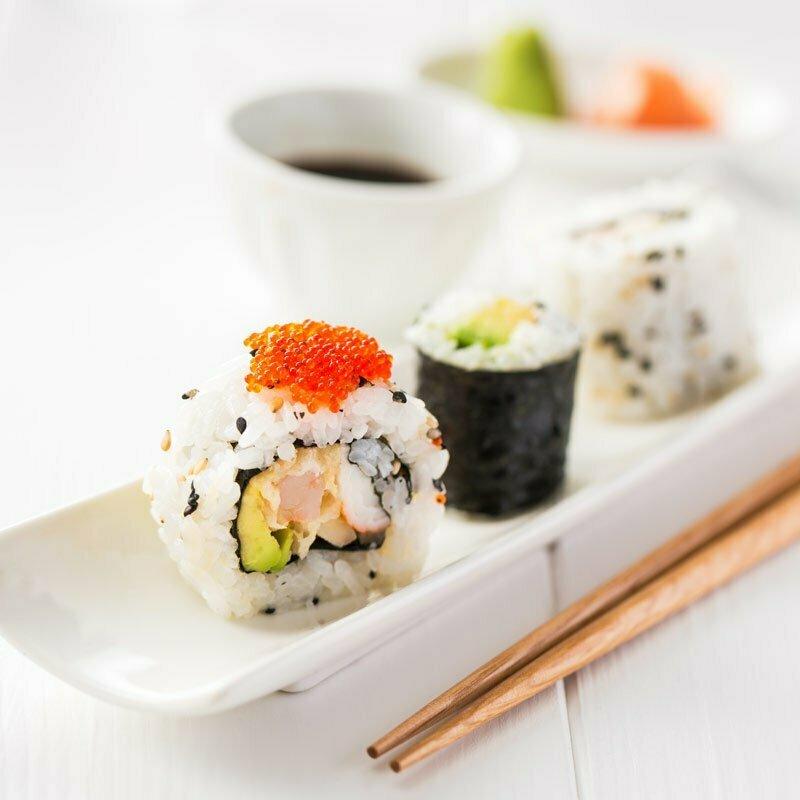 sushis et makis avec du riz rond japonica akafuji